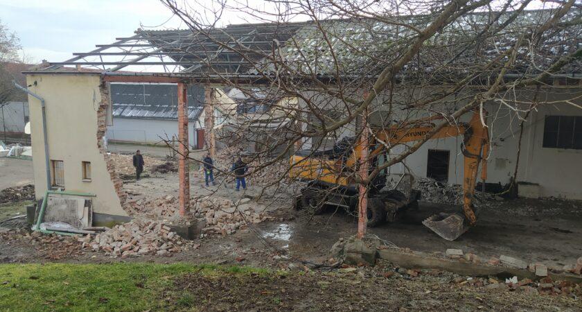 Megkezdődött a Villányi Általános Iskola és Alapfokú Művészeti Iskola tornateremének bontása!